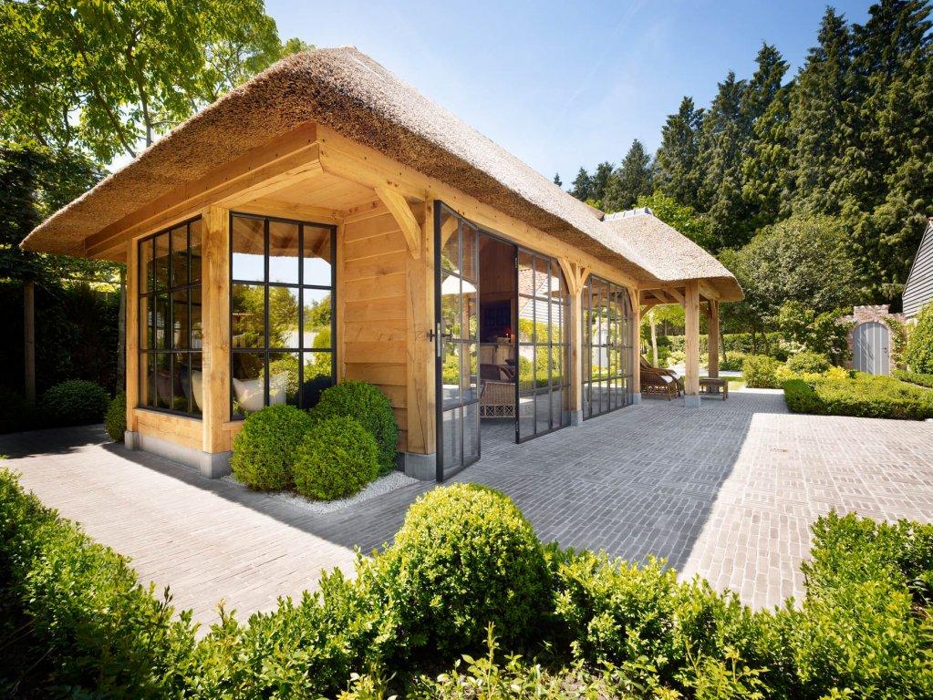 Eikenhouten bijgebouw met rieten dak en stalen deuren - Rasenberg