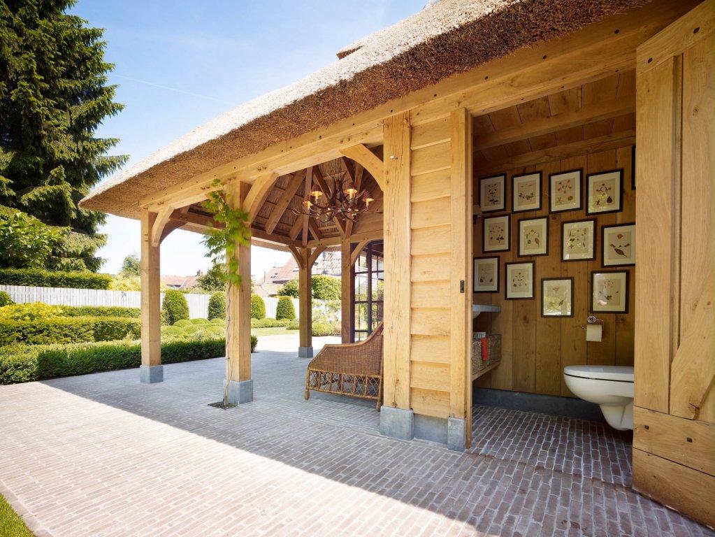 Eikenhouten bijgebouw met rieten dak - Rasenberg